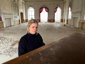 Annika Kiehn at a piano in abandoned manor house